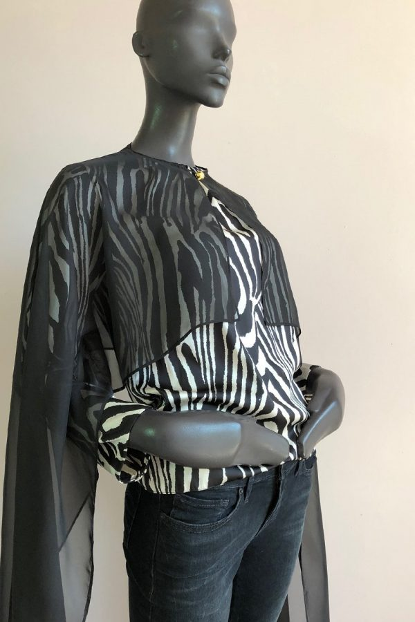 AYANDA CAPE LONG WITH PLEATNECK TOP AND JEANS SIDE FRONT